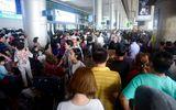 """Nghìn người chen chân tại sân bay Tân Sơn Nhất vì """"một người về quê, cả họ đi đón"""""""