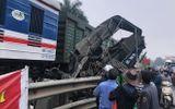 Tin trong nước - Hà Nội: Tàu hỏa tông nát ô tô chở cá, tài xế nguy kịch