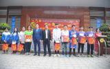 Giáo dục pháp luật - Hà Nội: Thầy cô THPT Trần Thánh Tông trích thu nhập, tặng quà Tết cho học sinh khó khăn