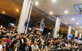 Nửa đêm, sân bay Tân Sơn Nhất vẫn chật kín vì người dân đón thân nhân về ăn Tết