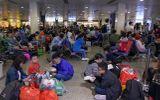"""Tin trong nước - Người dân vạ vật, nằm dài tại sân bay Tân Sơn Nhất vì máy bay """"tắc đường"""", không thể cất cánh"""