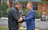 Thể thao - HLV Park Hang Seo tặng quà chúc Tết ông Mai Đức Chung trước khi về Hàn Quốc