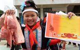 Chuyện học đường - Học sinh giỏi mừng rỡ được tặng thịt lợn trong ngày bế giảng