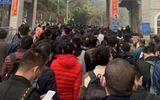 Hàng trăm người Trung Quốc xếp hàng chờ nhập cảnh Việt Nam ở cửa khẩu Hữu Nghị
