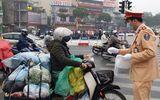 Hà Nội: CSGT phát khẩu trang miễn phí cho người dân