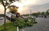 Ô tô tông gãy cây rồi lật ngửa, phải phá cửa để giải cứu 5 người kẹt trong xe