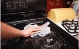 Cách làm sạch bếp ga nhanh nhất chỉ trong vài phút