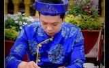 Thầy giáo trẻ đưa bút đề thư pháp trên lá sen khô