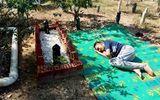 Đời sống - Xúc động hình cảnh cậu bé tự kỷ nằm bên mộ bố, thủ thỉ chuyện trò như lúc còn sống