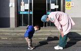 """Tin thế giới - Cậu bé 2 tuổi cúi đầu cảm ơn nữ y tá: """"Sự lễ phép"""" vượt thời gian"""