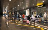 Vừa xuống sân bay Vân Đồn, hơn 400 hành khách từ Hàn Quốc được cách ly
