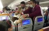 Người phụ nữ Trung Quốc cố tình ho vào nữ tiếp viên trên máy bay