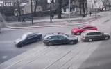 Video: Hai người bị hất văng ra khỏi xe sedan sau cú va chạm kinh hoàng