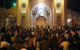 Người dân Iran tập trung hò hét, phản đối việc đóng cửa đền phòng chống dịch Covid-19