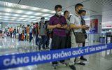 Sân bay Tân Sơn Nhất chật kín người nước ngoài trước giờ tạm dừng cấp thị thực