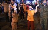 Hà Nội: Người dân phố Trúc Bạch vỡ òa khi được rỡ bỏ lệnh phong tỏa