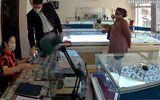 An ninh - Hình sự - Cảnh báo thủ đoạn rút lõi tiền tại các hiệu vàng của 2 khách Tây lừa đảo