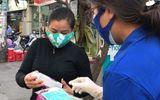 Video: Người bán hàng rong ở TP.HCM được tặng khẩu trang, nước rửa tay