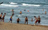 Tin trong nước - Phú Yên: Bất chấp lệnh cấm tụ tập, hàng trăm người vẫn đi tắm biển
