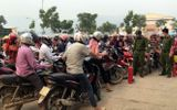 Chùm ảnh: Giữa dịch Covid-19, hàng trăm người dân chen lấn đi mua xăng về tích trữ