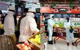 Cộng đồng mạng - Dân mạng phẫn nộ trước cảnh 2 người dân mặc đồ bảo hộ đi siêu thị trong khi bác sĩ thiếu thốn