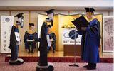 Giáo dục pháp luật - Trường học Nhật Bản khiến dư luận thế giới xôn xao với hình ảnh trao bằng tốt nghiệp bằng robot