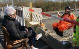 Gia đình - Tình yêu - Bị ngăn cách vì dịch Covid-19, hai cụ già U90 hẹn hò qua đường biên giới