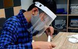 """Chuyện học đường - Học sinh làm """"mặt nạ chống bắn giọt"""" tặng các y, bác sĩ"""