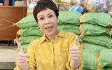 Việt Hương tặng 1 tấn gạo đến các nghệ sĩ khó khăn trong mùa dịch