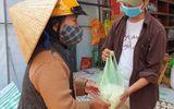 """Xúc động câu chuyện cụ bà gần 70 tuổi đến """"ATM gạo"""" để góp 2 kg gạo"""