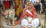 Phong tục kỳ lạ: Người kết hôn với thú cưng để xua đuổi tà ma