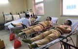 CSGT hiến máu cứu người dân nghèo vượt qua cơn hoạn nạn