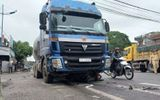 Tin tai nạn giao thông mới nhất ngày 24/4/2020:  Container cuốn xe máy vào gầm, một người tử vong