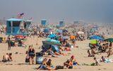 Mặc dịch Covid-19, bãi biển Mỹ vẫn chật kín người