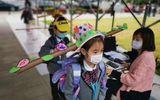 Trở lại trường, học sinh Trung Quốc đội mũ lạ, cứ tưởng diễn kích hóa ra vì mục đích thiết thực này