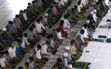 Hàng trăm người Indonesia không đeo khẩu trang, chen vai dự lễ cầu nguyện giữa đại dịch Covid-19