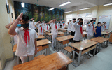 Cận cảnh tiết chào cờ độc đáo ngay trong lớp học của học sinh Hà Nội
