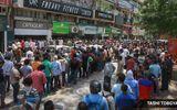 Hàng trăm người rồng rắn xếp hàng mua rượu khi lệnh phong tỏa vừa được nới lỏng