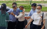 Xử vụ cựu trưởng Công an TP Thanh Hóa nhận hối lộ: Người nhà dìu bị cáo tới tòa