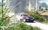 Xe chở cán bộ thanh tra sở Xây dựng bất ngờ bốc cháy ngùn ngụt giữa đường