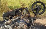 Nghi ngờ mẹ có quan hệ tình cảm với phi công trẻ, con trai dùng bật lửa đốt xe máy