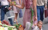 Cộng đồng mạng - Bức ảnh mẹ xách con đi chợ bất ngờ nổi tiếng, nhưng nhan sắc đứa bé sau 33 năm mới đáng thu hút