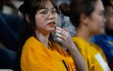 """Bóng đá - Huỳnh Anh tới Hàng Đẫy xem Quang Hải thi đấu, khoảnh khắc nào cũng lộ cằm nọng """"kém xinh"""""""
