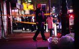 Tin thế giới - Ngăn chặn hôi của, cảnh sát Mỹ bị đâm vào cổ