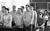 Pháp luật - 8 bị cáo bật khóc trước tòa khi nghe tiếng lòng của mẹ bị hại trong vụ hỗn chiến