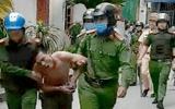 """Vụ thanh niên """"ngáo đá"""" cầm dao, ôm bát hương cố thủ: Cảnh sát dùng lá chắn che đỡ"""