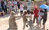 Tuyên Quang: Phản cảm nữ sinh đánh nhau trước cổng trường, hàng trăm người cổ vũ
