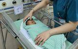 Hà Nội: Bé sơ sinh bỏ rơi dưới hố ga bị xẹp phổi, nhiễm khuẩn nặng
