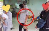 Rơi nước mắt trước tấm hình người đàn ông trung niên bế mẹ già trong bệnh viện