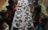 """Giáo dục pháp luật - Xúc động """"bữa cơm có thịt"""" trong lễ bế giảng của cô trò trên lớp học nơi đỉnh trời"""